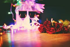 杯在桌华伦泰晚餐浪漫爱概念的红酒 免版税库存照片