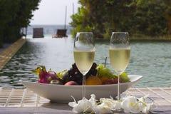 杯在海的背景的香槟 免版税库存图片