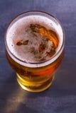 杯在灰色背景的啤酒 侥幸 免版税库存照片
