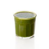 杯在白色的绿色菠菜圆滑的人 免版税库存照片