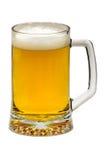 杯在白色背景的低度黄啤酒 库存照片