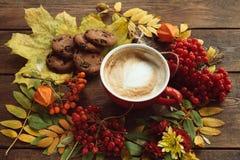 杯在秋天背景的热的lattee 免版税库存照片
