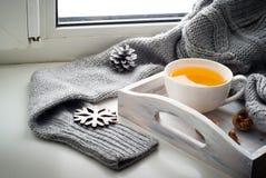 杯在窗台的热的茶 库存图片
