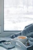 杯在窗台的热的茶 免版税库存图片