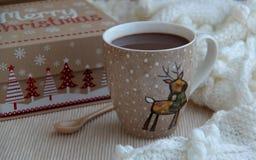 杯在羊毛围巾的可可粉 抽象空白背景圣诞节黑暗的装饰设计模式红色的星形 免版税库存图片