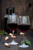 杯在老木桌上的红葡萄酒 免版税库存图片