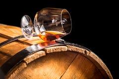 杯在老木桶的科涅克白兰地 免版税图库摄影