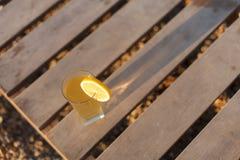 杯在老木背景顶视图,选择聚焦的冷的饮料 免版税库存照片