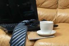 杯在背景笔记本的热的咖啡 库存图片