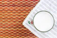 杯在自然秸杆的牛奶做地板联接背景 免版税图库摄影