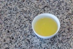 杯在花岗岩石头桌上的热的茶 免版税库存图片