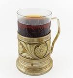 杯在葡萄酒玻璃持有人podstakannik的俄国茶 免版税库存图片