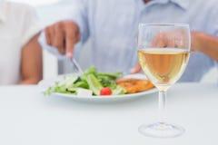 杯在表的白葡萄酒 免版税库存图片