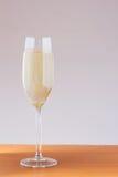 杯在表的白葡萄酒 免版税库存照片