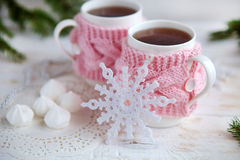 杯在被编织的杯座的热的茶 关闭 免版税库存照片