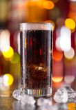 杯在酒吧柜台的可乐饮料 免版税库存照片