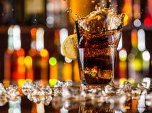 杯在酒吧柜台的可乐 图库摄影