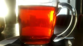 杯在酒吧的热的茶在桌上 免版税库存照片