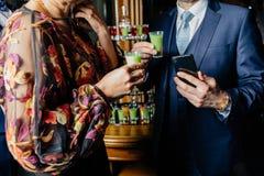 杯在酒吧背景的鸡尾酒 库存照片