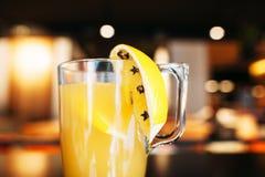 杯在酒吧,特写镜头的新鲜的橙汁 免版税图库摄影