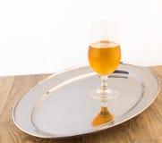 杯在银色盘子的啤酒 免版税库存照片
