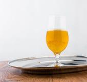 杯在银色盘子的啤酒 库存图片