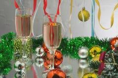 杯在银色背景的香槟和圣诞节礼物 免版税库存图片
