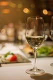 杯在餐馆桌上的白葡萄酒 图库摄影