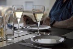 杯在餐馆的酒 库存图片