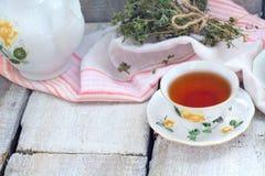 杯在黑暗的清凉茶变老了土气背景,文本的地方 图库摄影