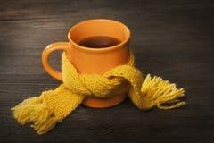 杯在围巾的茶 免版税库存照片
