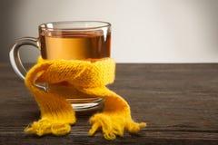杯在围巾的茶 库存图片