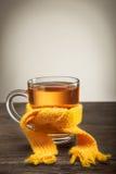 杯在围巾的茶 免版税库存图片
