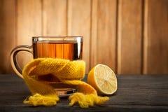 杯在围巾的茶 免版税图库摄影