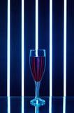 杯在黑暗的背景的红葡萄酒 库存图片