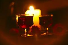 杯在黑暗的舒适大气的酒 免版税库存照片