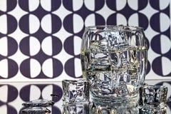 杯在黑/白色抽象背景的冰 免版税库存图片