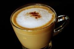 杯在黑背景,选择聚焦的热的咖啡 免版税库存照片