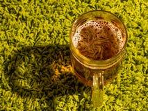 杯在绿色背景的啤酒 免版税库存照片