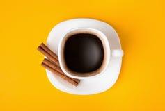 杯在黄色背景,看法的新鲜的浓咖啡从上面 免版税库存图片