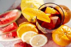 杯在fres围拢的自然本底的桑格里酒酒 库存图片