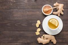 杯姜茶用柠檬和蜂蜜在木背景 图库摄影