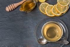 杯姜茶用蜂蜜和柠檬在木桌上 免版税库存照片