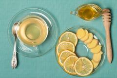 杯姜茶用蜂蜜和柠檬在木桌上 库存图片