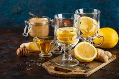 杯姜茶用蜂蜜和柠檬 库存图片