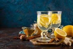 杯姜茶用蜂蜜和柠檬 库存照片