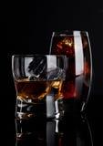 杯威士忌酒和可乐与冰块 免版税库存图片