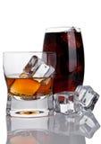 杯威士忌酒和可乐与冰块 图库摄影