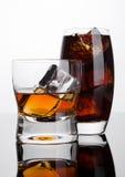 杯威士忌酒和可乐与冰块 库存照片