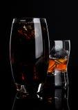 杯威士忌酒和可乐与冰块 免版税库存照片